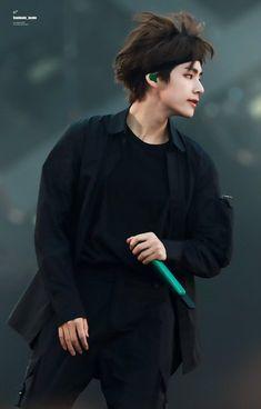 """taehyung in bandanas and headbands, a dangerous thread"" Kim Taehyung, Bts Jungkook, Taehyung Smile, Taehyung Fanart, Daegu, Foto Bts, Kpop, V Bta, Les Aliens"