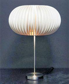 Initiales GG ...Voici encore une idée d'upcycling étonnant, puisqu'il s'agit de fabriquer une lampe avec des assiettes en carton! Il vous faudra une lampe avec un abat-jour blanc, et un paquet d'assiette en carton, pour réaliser ce luminaire design et juste fabuleux!