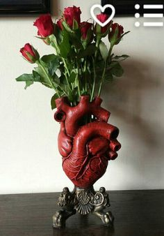 Anatomical Heart Vase, Red Finish I thought this was neat! Anatomical Heart Vase, Red Finish by Dellamorteco on Etsy Goth Home, Quirky Decor, Unique Home Decor, Decoration Originale, Anatomical Heart, Gothic Home Decor, Victorian Gothic Decor, Victorian Couch, Geek Home Decor