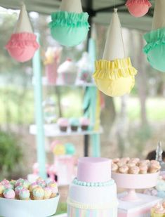 Una decoración creativa para una fiesta helado, via blog.fiestafacil.com / A creative decoration for an icecream party, from blog.fiestafacil.com