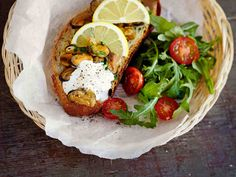 Lämpimät simpukkaleivät maistuvat alkupalana tai iltapalana. Kuumenna leivät uunissa. Lisää lopuksi leiville lusikallinen ranskankermaa ja rouhaise päälle pippuria.
