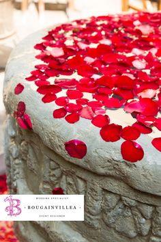 Linda fuente con pétalos de rosas rojas. www.bougainvilleabodas.com.mx Bodas San Miguel