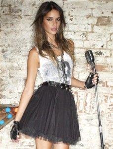 Тюлевая юбка с алкоголичкой и обрезанными перчатками