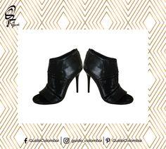 """Tipos de zapatos que toda mujer debería tener  1. Peep Toes Los """"Peep-toes"""" son un tipo de zapato que tiene una pequeña abertura en la punta y son ideales cuando quieres lucir elegante, pero no quieres que se acaloren demasiado tus pies. Además de verse sofisticados, suelen dar una apariencia de que la pierna es más larga. - Visítanos : C.C El Retiro Local 1-107/ C.C Hacienda Santa Bárbara Local B-123"""