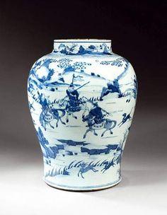 Époque KANGXI (1662 - 1722). Importante potiche en porcelaine blanche décorée en bleu sous couverte d'une scène de chasse au lapin et volatiles dans un paysage entouré de montagne. Le col orné d'une frise géométrique surmontée de personnages dans un paysage lacustre. (Fêlure). Hauteur : 48,5 cm