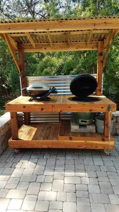 """I made this Bbq Surround Pallet Table to fit a """"Big Green Egg"""" style of barbecue. - I made this Bbq Surround Pallet Table to fit a """"Big Green Egg"""" style of barbecue. I assembled this from various types and sizes of pallets found locally. Wooden Pallet Projects, Wooden Pallet Furniture, Wooden Pallets, Pallet Ideas, Diy Projects, Carpentry Projects, Rustic Furniture, Project Ideas, Backyard Kitchen"""