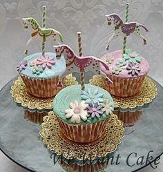 (via Cupcakes♥Mini cakes) Flowers Cupcakes, Pretty Cupcakes, Beautiful Cupcakes, Yummy Cupcakes, Cupcake Cookies, Cupcake Art, Fancy Cakes, Cute Cakes, Mini Cakes