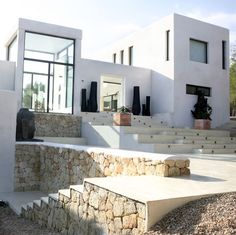 Designed in 2007 by the prestigious architectural studio Atlant del Vent, Casa Jondal is a private residence located in Ibiza, Balearic Islands, Spain. Style At Home, Architecture Details, Modern Architecture, Hillside House, Modern Mansion, Desert Homes, Dream House Exterior, Mediterranean Homes, Facade House