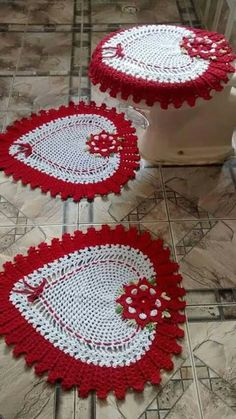 Valentine's Day red and white heart shaped bathroom rug and toilet seat cover set. I'm seeing decorative pillows again, very frilly ones by making two sides a Owl Bathroom Set, Bathroom Rugs, Knitting Patterns, Crochet Patterns, Crochet Ideas, Crochet Home Decor, Crochet Kitchen, Crochet Accessories, Crochet Doilies