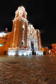 https://flic.kr/p/7PhprV | Iglesia San Jose, Tlaxcala, Mexico | Mi primera toma, despues de haber viajado 8 horas, desde Lima, a Tlaxcala, en mi ultima visita a Mexico, 2010. Me encanta el detalle de esta iglesia, es impresionante, sentir la textura del mismo. quise tambien poner parte del suelo que acompana a esta iglesia.