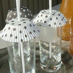 Decora los vasos con pirotines y también evitarás que entren bichitos