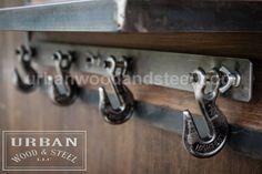 Organizar su entrada con este estante de madera reciclada, banda con materia prima de acero sellada. Ganchos de remolque de servicio pesado son perfectos para colgar chaquetas, bufandas y sombreros. Los ganchos de remolque del oscilación de lado a lado. Se acerca el invierno -