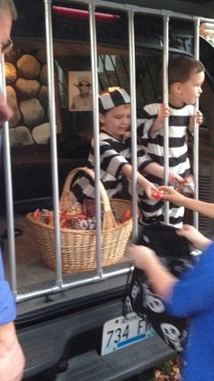 """""""Little Jail Birds"""" trunk or treat. Put the kids in the jail so they can't run around lol Cute Halloween Costumes, Halloween Projects, Halloween Kids, Halloween Treats, Halloween Party, Halloween Car Decorations, Trunk Or Treat, Trunker Treat Ideas, Fashion Kids"""