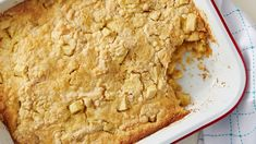 Pastel de manzana con 3 ingredientes Fresh apples, Betty Crocker™ Super Moist™ yellow cake mix and melted butter combine in this easy-to-make, easy-to-eat dessert. Apple Dump Cakes, Dump Cake Recipes, Dessert Recipes, Scones, Apple Desserts, Apple Recipes, Holiday Desserts, Monkey Bread, Paninis