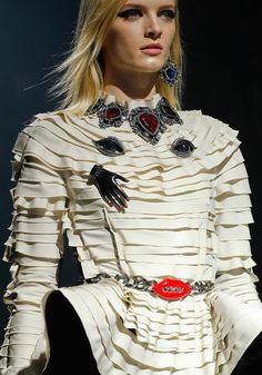Love the texture of this pleated fabric as well as the ornate surrealism-inspired jewelry from Lanvin. French Fashion, I Love Fashion, Fashion Details, Paris Fashion, Passion For Fashion, Fashion Art, Fashion Brands, Fashion Show, Fashion Designers