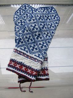 Yarns: 56 gram total woolwhite, blue and a bit red. Patterns are from Eesti Kindakirjad. Boorddeel op 2,25 mm en rest op 2,5 houten naalden. Dessindeel over 64 steken, duim over 13 steken. Let op m...