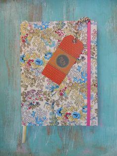 Cuaderno Artesanal  Cosidos y encuadernado a mano.  80 hojas lisas  Con señalador  y cierre con lazo.  Medidas: 15 x 21 cm aprox.  Cada modelo es unico.  ...