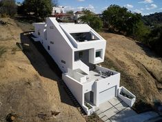 """Urban Operations slots """"sliced and folded"""" white house into LA hillside - Architecture Cliff House, House On A Hill, Amazing Architecture, Architecture Design, Contemporary Architecture, Houses On Slopes, Little White House, Hillside House, Los Angeles Homes"""