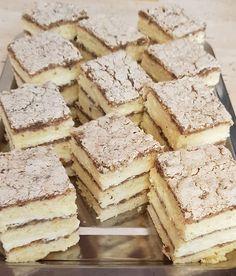 A finom krémes sütikért rajong mindenki, most egy nagyon egyszerű és elképesztően ötletes receptet mutatunk. Hungarian Desserts, Easy Desserts, Feta, Food To Make, Food And Drink, Yummy Food, Sweets, Bread, Baking