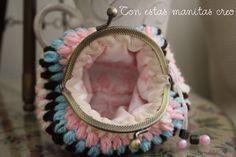 Monedero boquilla ganchillo turquesa-rosa interior.