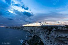 Vertige des falaises.. Copyright @Marie-Jo Culioli Vichera #Picoftheday#Bonifacio#Falaises#Unique#Calcaire#Grottes#Vacances#Patrimoine#Historique#Location#Vente#Realestate#Sperone @immo_sperone www.sperone.com www.immo-sperone.com