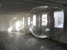 Sabina Lang and Daniel Baumann Une collaboration depuis 1990 entre Sabina Lang et Daniel Baumann pour le studio L/B. Installés en Suisse à Burgdorf, ils proposent de repenser les lieux grâce à des interventions architecturales gonflables. Le duo transforme les lieux et donnent une nouvelle dimension aux espaces.
