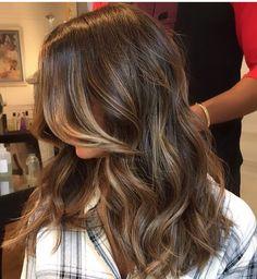 Inspiração com suaves pinceladas de mel dourado mantendo a raiz livre de marcações! Inspire-se. @avix338 Agendamentos (62) 3924-6338|whatsapp (62) 9964-3338. #amooquefaço #equipealexgodoi #equipeavix338 #schwarzkopf #loirodeverdade #loirodossonhos #festaóscar #summer #nofilter #hairstyle #like4like #wella #wellacolor #joico #kpak #longbob #like4like #blonde #goldenstate #blonde #curlyhairdontcare #sunsets #wellness #curlyhair #brazilianhair #penteadosx #morefollowers alexgodoy