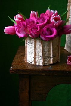 Pink roses and newspaper decoration, creative table centerpiece ideas, unusual flower arrangements Beautiful Flower Arrangements, Love Flowers, Floral Arrangements, Beautiful Flowers, Paper Vase, Mothers Day Flowers, Plantar, Pink Roses, Flower Pots