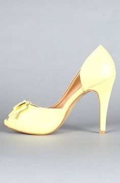 Such a lovely shade of yellow Yellow Orchid, Pastel Yellow, Shades Of Yellow, Mellow Yellow, Color Yellow, Yellow Peril, Yellow Pantone, Yellow Shoes, California Girl Style