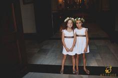 niñas con coronas de flores