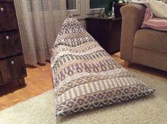 6 varren ruusukas, värjätyt ja leikatut lakanat, säkkituoli Handicraft, Hand Weaving, Projects To Try, Area Rugs, Pillow Ideas, Blanket, Pillows, Bed, Weave