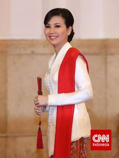 """Mrs. Veronica Tan (the spouse of Mr. Ahok, Jakarta's newly elected governor) in """"kebaya encim"""" designed by Didi Budiardjo. Simple yet classy."""