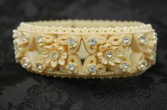 1940'S / BAKELITE ERA CELLULOID WEDDING CAKE FLORAL DEEPLY INCISED HINGED BANGLE