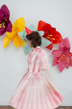 Giant Flower Photo Backdrop DIY / Des fleurs géantes en papier, Oh Happy Day! Giant Flowers, Diy Flowers, Paper Flowers, Flower Diy, Wedding Bride, Wedding Blog, Wedding Stuff, Diy Photo Booth Backdrop, Photo Backdrops