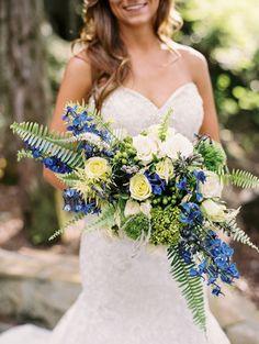 Ramo de novia azul, amarillo y verde con helechos