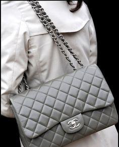 L'icône de la maison Chanel, c'est lui  Priscilla: This Chanel isn't 2.55!! It's a Chanel Classic Flap Bag! ;) Classic has the double CC t...