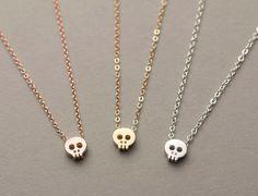Tiny Skull Necklace / Dainty Layering Necklace por LayeredAndLong