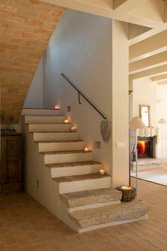 Escalera de obra con peldaños de piedra y de terracota