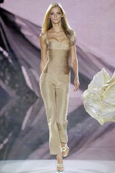 Versace Spring 2006 RTW - Runway Photos - Fashion Week - Runway, Fashion Shows and Collections - Vogue Couture Fashion, Runway Fashion, Spring Fashion, High Fashion, Fashion Show, Fashion Design, Elie Saab, Chic Outfits, Fashion Outfits