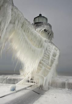 Spectacular and Surreal Photos of Frozen Lighthouses on Lake Michigan