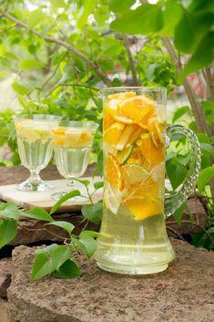 Vit sangria Vit sangria – Cocktails and Pretty Drinks Sangria Cocktail, Cocktail Recipes, Cocktails, Vit Sangria, Cold Drinks, Alcoholic Drinks, Beverages, Swallow Food, Swedish Recipes
