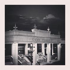 Arquitectura típica majariega de principios de siglo con la que tanto nos identificamos los majariegos cultural y económicamente. Lugar de esparcimiento para nuestras tarjetas de crédito y para dar rienda suelta al consumo más exacerbado. #majadahonda #madrid #spain #blancoynegro #blackandwhite #granplaza2 #architecture #arquitectura #centrocomercial #cc #pp #consumismo