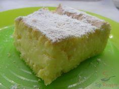 Heute habe ich diesen saftigen Puddingkuchen gebacken. Das Rezept möchte ich gerne teilen, lasst es euch schmecken. Er ist wirklich saftig, und zwar dank dem Pudding, den man abwechselnd mit dem Teig in die Backform gibt. Man muss Geduld haben, denn es ist einer der Kuchen, die man nicht schneiden darf, wenn sie noch warm sind. Denn sonst könnte der Pudding auslaufen. Den Pudding muss man auskühlen lassen, dann wird er fest und man kann den Kuchen schön in Stücke schneiden.