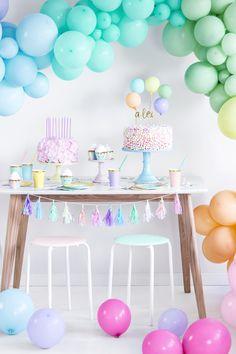 Ouh la la, magnifique cette décoration de ballons pastel pour un anniversaire tout en douceur. On craque pour cette magnifique arches de ballons au couleur de l'arc en ciel. #ballons #pastel #balloon #arche #arch #anniversaire