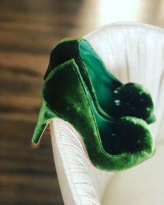 Terciopelo verde con pompón con click en verde al tono. Velvet Shoes, Pumps, Heels, Fashion, Role Models, Hue, Naturaleza, Green, Display