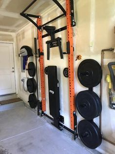 A Home gym is the best way to save money. Take a look at the top home gym ideas from those of us who have been there and know what works! Home Gym Basement, Home Gym Garage, Diy Home Gym, Home Gym Decor, Gym Room At Home, Best Home Gym, Crossfit Garage Gym, Basement Workout Room, Small Home Gyms