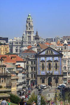 Porto, Portugal - Alrededores de la Catedral, se observa esta imponente vista, al fondo la torre del palacio municipal.