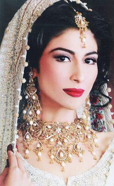 gorgeous gold and pearl bridal jewelry, indian wedding jewelry Indian Bridal Makeup, Asian Bridal, Moda Indiana, Beauty And Fashion, Pakistani Bridal, Pakistani Makeup, Pakistani Actress, Desi Wedding, Bridal Looks
