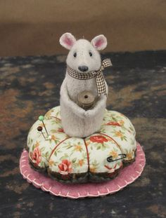 If I ever learn to sew I want a pin cushion/spool mouse just like this!  So cute!