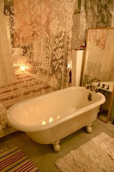 Vintage shabby chic bathrooms can turn into very cute baths with just a little effort. Vintage mirrors will be perfect for your shabby chic bathroom. To complete your shabby chic bath you can buy shabby chic accessories. Shabby Chic Accessories, Shabby Chic Decor, Bathroom Design Inspiration, Home Decor Inspiration, Decor Ideas, Vintage Bathtub, Antique Bathtub, Apartment Complexes, Lace Curtains